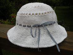 chapeau blanc ajouré réalisé au crochet. Modèle simple à crocheter et pratique car léger et pliable. Chapeau crochet d'été en téléchargement libre.
