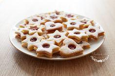 České tradiční linecké cukroví nemůže chybět snad na žádném vánočním stole. Již tolikrát omílaný recept na linecké cukroví má spousty variant.