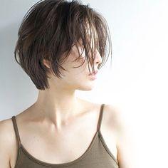 髪の量が多い人に似合うおすすめの【ショートヘア】を紹介します。おすすめのヘアスタイルのポイントや【ショートヘア】のスタイリング方法も解説します。