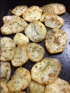 Drizzle olive oil over sliced potatoes in a baking dish, then sprinkle with Herb Garlic Dip mix, toss a couple of time while cooking in a moderate oven. Home Recipes, Gourmet Recipes, New Recipes, Cooking Recipes, Favorite Recipes, Crispy Potatoes, Sliced Potatoes, Dinner Dishes, Foods To Eat