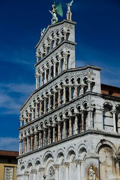 La Iglesia de San Michele in Foro de #Lucca, con una fachada con cuatro órdenes de arcos y coronada por una estatua de San Miguel. http://www.florencia.travel/ciudades-para-visitar/lucca/ #Toscana #Italia