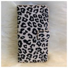 This case is chic and elegant with a touch of Glam.- Leather/Suede material- Magnetic closure - Two card slots**ONLY for the Samsung Galaxy S4**