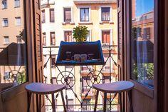 Selv om man kun har en lille-bitte fransk altan kan man godt nyde udsigten og spise på altanen