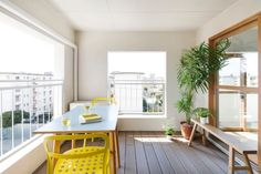 テラスやバルコニー、縁側などといった内と外をつなぐ半屋外の空間は日常生活の中で気軽に自然と触れ合うことができる場所です。