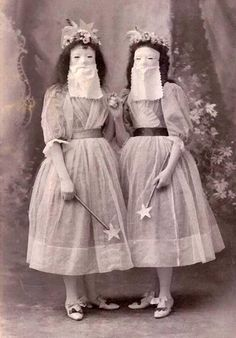 Weird photos and strange people from the past. Weird photos and strange people from the past. Bizarre Photos, Creepy Photos, Strange Photos, Weird Pictures, Vintage Bizarre, Creepy Vintage, Antique Photos, Vintage Photographs, Old Photos