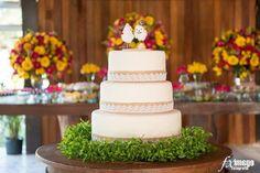 Topo de bolo super delicado em crochê com base de mdf, detalhes rosa e amarelo. <br> Medidas aproximadas