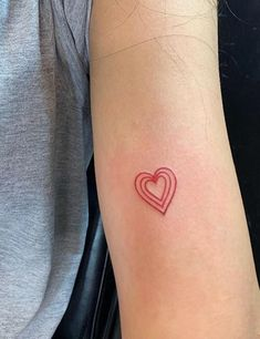Tattoos never go out of style whether they are Large or full-body. But currently the world is going gaga over minimalist, cute and small tattoos. Diskrete Tattoos, Smal Tattoo, Botanisches Tattoo, Red Ink Tattoos, Tatoo Henna, Poke Tattoo, Baby Tattoos, Dream Tattoos, Piercing Tattoo
