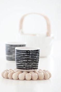 un dessous de plat en grosses billes en bois Via Bildschœn | Marimekko | Wooden Beads Trivet