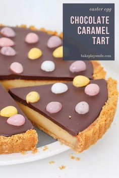 Dessert Recipes 40423 The most delicious EASTER CHOCOLATE CARAMEL TART with a biscuit crumb base, creamy caramel filling, chocolate ganache topping and mini Easter eggs! Chocolate Caramel Tart, Easter Chocolate, Chocolate Ganache, Dessert Chocolate, Chocolate Caramels, Chocolate Treats, Chocolate Cheesecake, Desserts Ostern, Köstliche Desserts