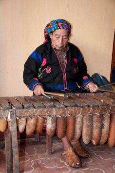 Indígena tocando marimba en Chichicastenango, Solola, Guatemala.