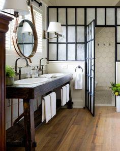 Belle salle de bain féminine avec un meuble en bois foncé