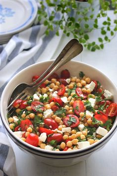 Chickpea tomato and feta salad easy recipe Wine Recipes, Great Recipes, Salad Recipes, Favorite Recipes, Healthy Recipes, Food L, Good Food, Go Veggie, Feta Salad