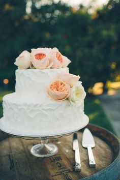 Rustic wedding cake decorated with gorgeous peach and cream flowers | Photo by Kate Miller Photography