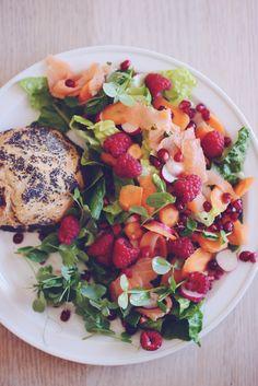 Sommersalat: Grønt, røget laks, ærteskud, hindbær, gulerødder og granatæblekerner