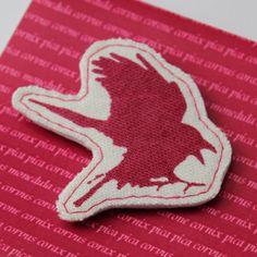 Käsintehty rintakoru erilaisilla lintupainatuksilla. Käsinpainettuapuuvillaa jakovikehuopaa, takana rintaneulakiinnitys. Takana, Gingerbread Cookies, Gingerbread Cupcakes