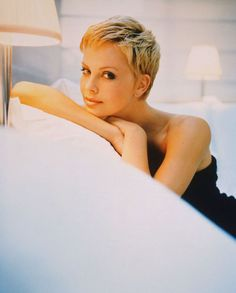 Charlize Theron is a goddess of pixie hairstyles! So we have rounded up best images of Charlize Theron Pixie Haircut for you to get inspired by her fabulous Popular Short Hairstyles, Short Pixie Haircuts, Pixie Hairstyles, Hairstyle Short, Blonde Pixie, Short Blonde, Blonde Hair, Very Short Hair, Short Hair Cuts