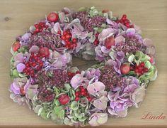 Herfstkrans maken - herfstkrans met hortensia, sierappeltjes, sedum maken in het najaar bloemschikken