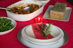 Ceia de natal vegetariano com muito sabor. Receita de prato principal, um loaf de lentilhas e quinoa servido com molho de cogumelos e legumes no forno.