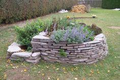 Bylinková spirála na školní zahradě - není nad to nechat děti poznávat všechny ty vůně bylinek. Z plochých kamenů se dá dobře sestavit i docela vysoká spirála.    (Zdroj obrázku: http://duha.benjamin.cz/cs/3447/fotogalerie/prohlidka-skoly/nase-zahrada/-bylinkova-spirala/index.htm)