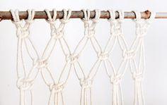 O Macramê, é uma técnica de bordar fios que não precisa de nenhum maquinário ou ferramenta. É uma forma de tecelagem manual, somente trabalhando com os dedos, onde os fios vão se cruzando e ficando presos por nós, formando diversas formas decorativas como: Cruzamentos geométricos, franjas, etc. Vamos conhecer um pouquinho mais sobre essa arte, …