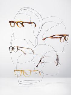 Escaparatismo realizando siluetas de rostros a través de alambres. #escaparatismo #window #windowdressing #inspiración #inspiration #comercial #advert #merchandising #visual #publicidad #diseño #design #glasses #gafas