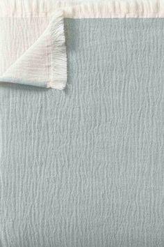 Unsere leichte und weiche Decke Anaba wird aus 100% Baumwolle gewebt. Durch den Einsatz von zwei Garnfarben zeigt sich eine Seite in sanfter Melange, die Rückseite einfarbig. Der Stonewashed-Effekt sorgt durch sanfte Knitter für Textur sowie einen Touch natürliche Gelassenheit, während zarte Fransen an den kurzen Seiten der Decke das Design abrunden. Entdecken Sie handverlesene Heimtextilien und Wohnaccessoires in höchster Qualität im Online Shop von URBANARA. Natural Bedroom, Oeko Tex 100, Soft Blankets, Linen Bedding, No Time For Me, Design, Dyeing Yarn, Grey, One Color