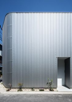 House in Otori by Arbol Design hides courtyards behind slatted metal walls japanese small house metal cladding Metal Cladding, Exterior Cladding, Facade Design, House Design, Architectural Materials, Unusual Homes, Metal Buildings, Wooden House, Japanese House