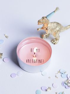 DIY: Be My Valentine Candle (include great video tutorial) Valentines Day Dinner, Valentine Day Crafts, Valentine Decorations, Happy Valentines Day, Happy Hearts Day, Idee Diy, Valentine's Day Diy, Diy Candles, Craft Tutorials