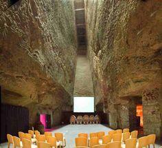 Creusée dans le Tuffeau, La Verrière est la plus grande salle de la Maison Ackerman, pouvant accueillir jusqu'à 300 personnes. Cette salle permet une vraie mise en scène grâce à sa hauteur et sa superficie.