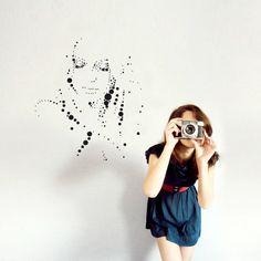La notion de distance, la frontière entre l'abstrait et le réalisme composent la légèreté de cette forme primaire dévoile toute la poésie de ces visages. Icon3 serie. #stickers #walldecals #home #deco #maison #mur #dots #visage