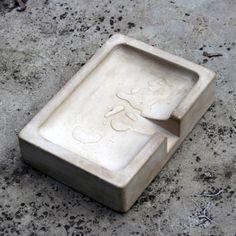 entworfen von M111 DESIGN _ Seonghun Hwang Material: Spezialbeton Farbe: grau Maße: 14 x 10 x 3.2 (LxBxH) Variationen: n/a Gewicht: 550 g