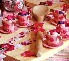 adorei a decoração com as xícaras de criança.