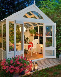 Una casetta da giardino fai da te è ideale per permettere a molte piante di svilupparsi anche nelle mezze stagioni, ma anche per godercela noi stessi