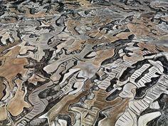 Explotaciones agrícolas y ganaderas en Los Monegros, entre las provincias de Zaragoza y Huesca (España). El clima semiárido y la topografía irregular hacen que su vista desde el aire sea sorprendente. - EDWARD BURTYNSKY, 2010