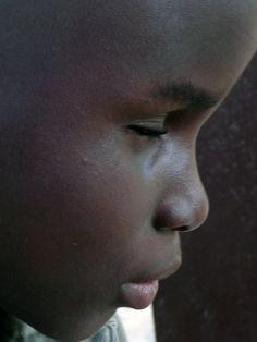 Un bambino non vedente . Affetto e rispetto !