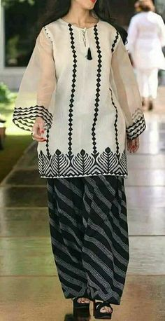 24 Summer Casual Style Ideas That Will Make You Look Fantastic - Luxe Fashion New Trends - Fashion for JoJo Pakistani Fashion Casual, Pakistani Dresses Casual, Pakistani Dress Design, Casual Dresses, Kurti Designs Pakistani, Casual Wear, Stylish Dresses For Girls, Stylish Dress Designs, Designs For Dresses