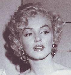 marilyn monroe in niagara. I have always loved those earrings.