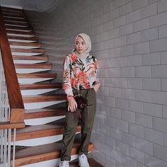 Instagram images from Nisa(@nisacookie). @nisacookieproject Mom of  #nonsheenalubna #azkaafkara Tap tap 🍰 #nisacooking 📷 #nisacookiejourneys 🍳 #nisacookiespace YOUTUBE 👇🏻 Hijab Fashion Summer, Muslim Fashion, Ootd Fashion, Korean Fashion, Fashion Outfits, Casual Hijab Outfit, Ootd Hijab, Tropical Outfit, Modern Hijab