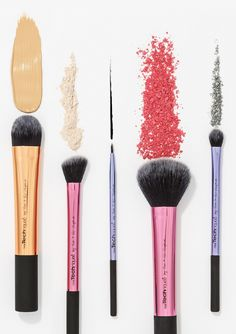 Our deluxe gift set is made up of 5 brushes. And those 5 brushes are all you need to achieve a flawless holiday look.