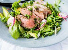 En rustikk og mettende salat med biff og avokado. Tynne skiver reddiker gir en pepperaktig smak og babyleaf setter en spiss på det hele. Bruk gjerne flere grønnsaker som sukkererter, rødløk og cherrytomater hvis du ønsker det. Steak, Food, Noodle Salads, Eten, Steaks, Meals, Beef, Diet