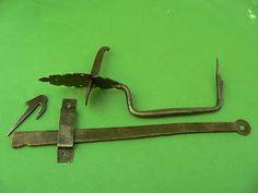 Clenche-ouvragee-poignee-poucier-mentonnet-fer-forge-ancienne-barre-long-33-7-cm