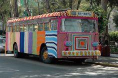 Magda Sayeg é Mexicana e o seu trabalho é conhecido pelo crochê e suas intervenções urbanas. Um dos seus últimos trabalhos foi cobrir uma coluna de 6 andares na loja Dove Street Market, em Nova York. A foto do ônibus é um trabalho feito por ela, onde ficou conhecida.