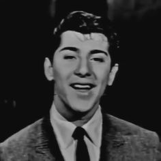 put your head on my shoulderrr ❤️ Music Aesthetic, Aesthetic Movies, Aesthetic Videos, Aesthetic Vintage, Hollywood Video, Classic Hollywood, Old Hollywood, Paul Anka, 50s Music