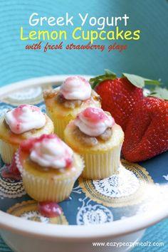 Greek Yogurt Lemon Cupcakes with fresh strawberry glaze Griechische Joghurt-Zitronen-Cupcakes mit frischer Erdbeerglasur – Eazy Peazy Mealz Lemon Cupcakes, Yummy Cupcakes, Strawberry Cupcakes, Fun Desserts, Delicious Desserts, Beste Desserts, Healthier Desserts, Yummy Recipes, Cupcake Recipes