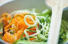 Paradeiser küsst Zucchini und Karotte. Zoodle Maker, Seaweed Salad, Zucchini, Ethnic Recipes, Food, Browning, Carrots, Meal, Easy Meals