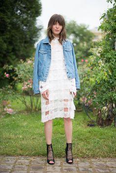 Pin for Later: Diese 21 sommerlichen Styling-Tricks kosten euch keinen müden Cent! Tragt ein elegantes, romantisches Kleid mit aggressiven Schuhen