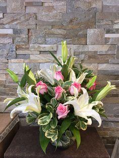 Arreglo en florero con Lilium, rosas y follaje