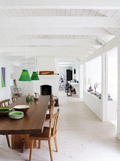 Öppet kök med råspont och synliga bjälkar i taket. Köksbord och stolar är gamla NK möbler som ingick i serien Utö som ritades av Axel Einar Hjorth på 1930-talet.