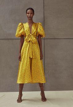 Get inspired and discover Silvia Tcherassi trunkshow! Shop the latest Silvia Tcherassi collection at Moda Operandi. Fashion 2020, Look Fashion, Fashion News, Spring Fashion, Fashion Show, Fashion Design, Fashion Trends, Woman Fashion, Fashion Games