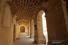 Suze-la-Rousse, colonnade